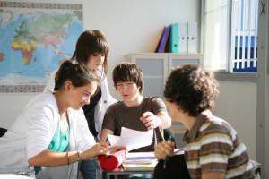 Jeunes garons et filles assis en salle de cours