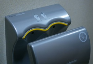 Sušilo za ruke širi 1.300 puta više bakterija od papirnih ručnika